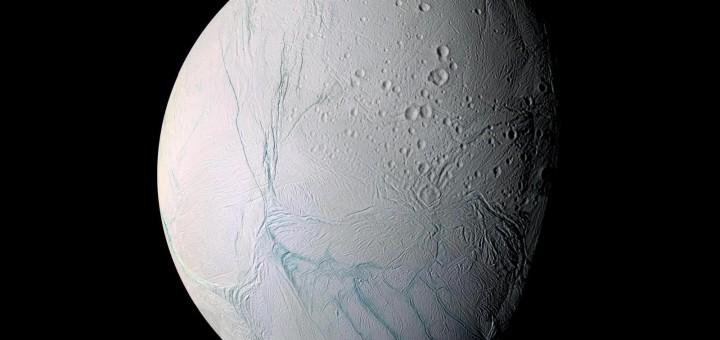Спутник Сатурна - Энцелад. Снимок получен аппаратом «Cassini» 8 октября 2008 года на расстоянии всего 25 км. Image Credit: NASA/JPL/Space Science Institute