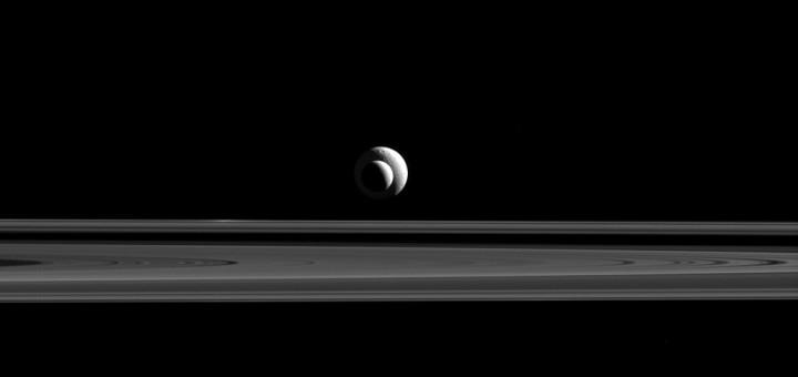 Тефия и Энцелад. Credit: NASA/JPL-Caltech/Space Science Institute