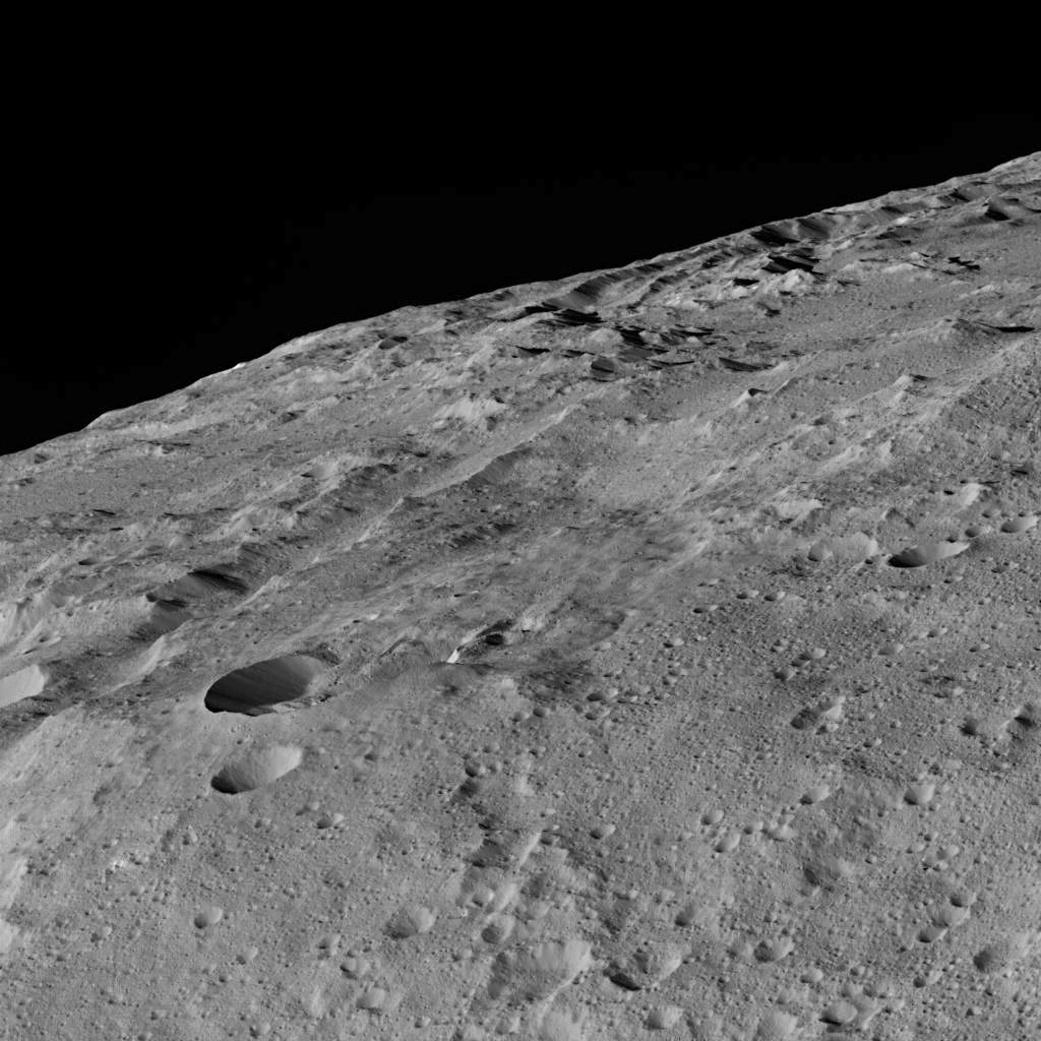 «Dawn» сообщил новые кадры поверхности Цереры