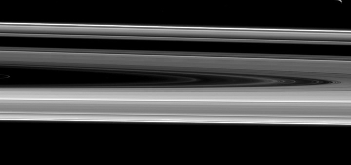 Энцелад и Янус, парящие над кольцами Сатурна. Credit: NASA