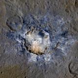 Кратер Haulani в усиленных цветах. Синим выделены более молодые  детали рельефа. Credits: NASA/JPL-Caltech/UCLA/MPS/DLR/IDA