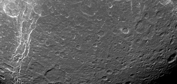 Контрастное изображение Дионы, спутника Сатурна. Credit: NASA/JPL-Caltech/Space Science Institute