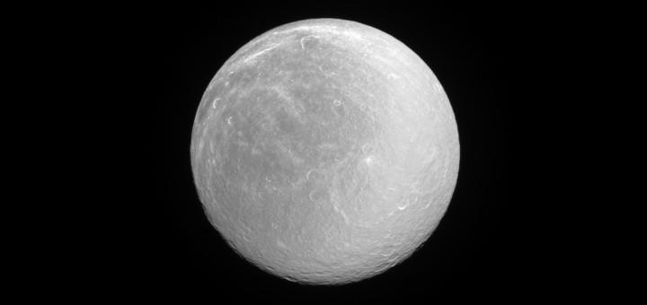 Полный диск Реи. Credit: NASA/JPL-Caltech/Space Science Institute