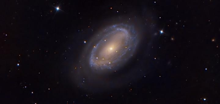 Карликовая планета Макемаке (отмечена красными линиями) появилась на фоне галактики NGC 4725. Image Credit & Copyright: Bob English
