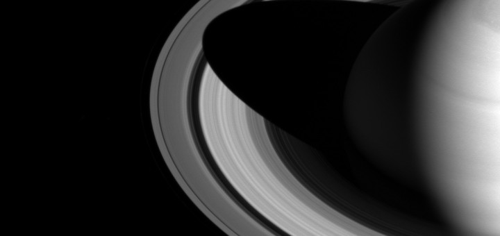 Тень на кольцах Сатурна. Credit: NASA/JPL-Caltech/Space Science Institute