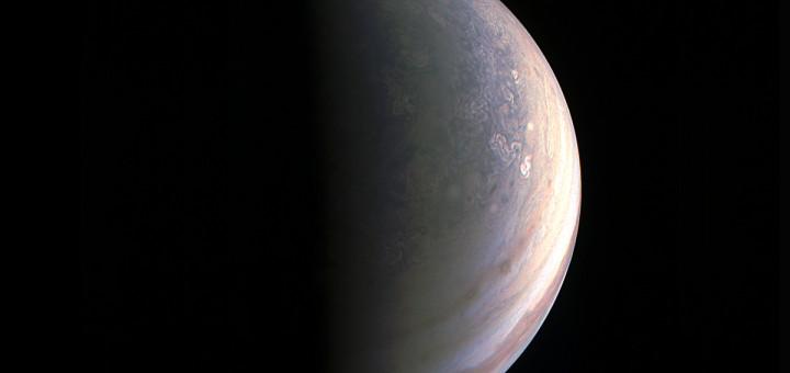 Снимок Северного полюса Юпитера, сделанный «Juno» 27 августа 2016 года с расстояния примерно 195 000 километров. Credits: NASA/JPL-Caltech/SwRI/MSSS