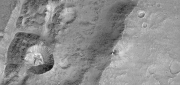 Крупный план края огромного безымянного кратера вблизи экватора Марса. Изображение было получено 22 ноября 2016 года камерой CaSSIS зонда TGO. Credit: ESA/Roscosmos/ExoMars/CaSSIS/UniBE