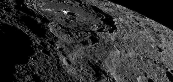 Кратер Occator – дом интригующих ярких областей Цереры. Credits: NASA/JPL-Caltech/UCLA/MPS/DLR/IDA