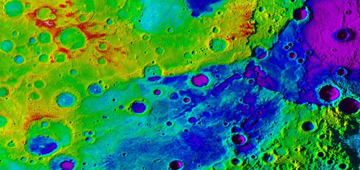 Топографическая карта Меркурия показывает «великую долину» (темно синий цвет), включающую бассейн Рембрандт (фиолетовый цвет в правом верхнем углу). Credits: NASA/JHUAPL/Carnegie Institution of Washington/DLR/Smithsonian Institution