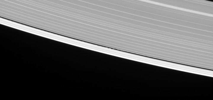 Дафнис, создающий волны в кольцах Сатурна. Credit: NASA/JPL-Caltech/Space Science Institute