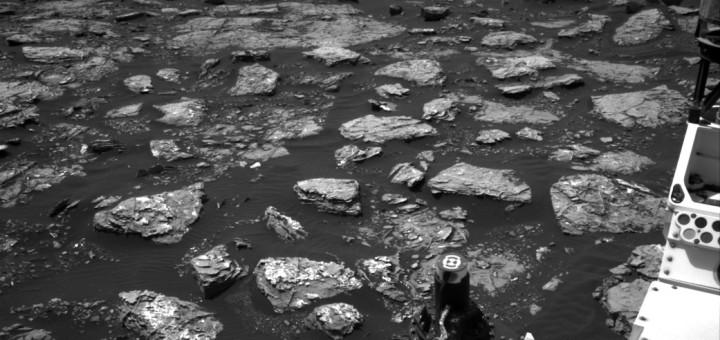 На снимке, полученном с камеры Navcam марсохода «Curiosity» 2 декабря 2016 года, показан скалистый марсианский грунт. Credits: NASA/JPL-Caltech