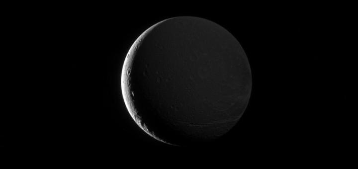 Диона, освещенная Сатурном. Credit: NASA/JPL-Caltech/Space Science Institute