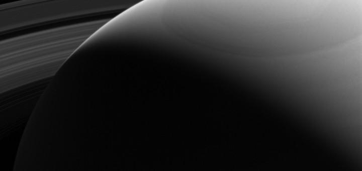Выглядывая из-за плеча Сатурна. Credit: NASA/JPL-Caltech/Space Science Institute