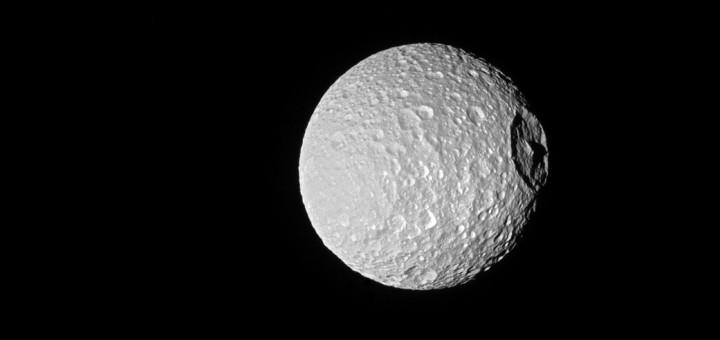 Кратер Гершеля на Мимасе, спутнике Сатурна. Credit: NASA/JPL-Caltech/Space Science Institute