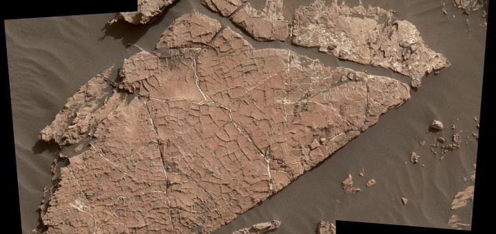 Сеть трещин в этой марсианской каменной плите под названием Old Soaker могла возникнуть из высохшего слоя грязи более 3 миллиардов лет назад. Снимок охватывает область размером около 90 сантиметров в ширину и объединяет три изображения, снятые камерой MAHLI на руке марсохода «Curiosity». Credits: NASA/JPL-Caltech/MSSS