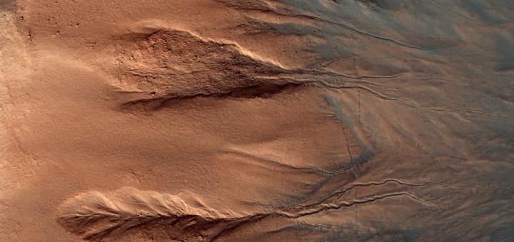 Марсианский овраг. Image credit: NASA/JPL-Caltech/Univ. of Arizona
