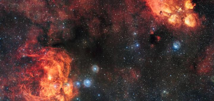 Туманности Кошачья Лапа (NGC 6334, вверху справа) и Лобстер (NGC 6357, внизу слева). Credit: ESO