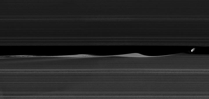 Дафнис в щели Килера. Image Credit: NASA/JPL-Caltech/Space Science Institute
