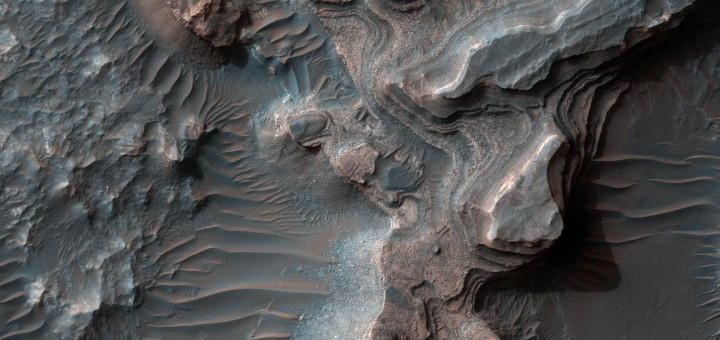 Слоистые отложения в Uzboi Vallis на Марсе. Image credit: NASA/JPL-Caltech/Univ. of Arizona