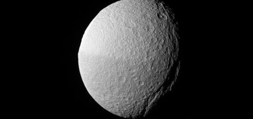 Каньон Итака на Тефии. Credit: NASA/JPL-Caltech/Space Science Institute
