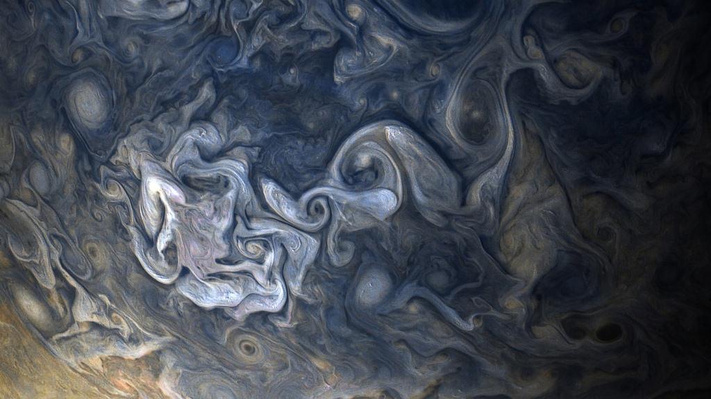 NASA опубликовало красочные кадры Юпитера сзонда Juno