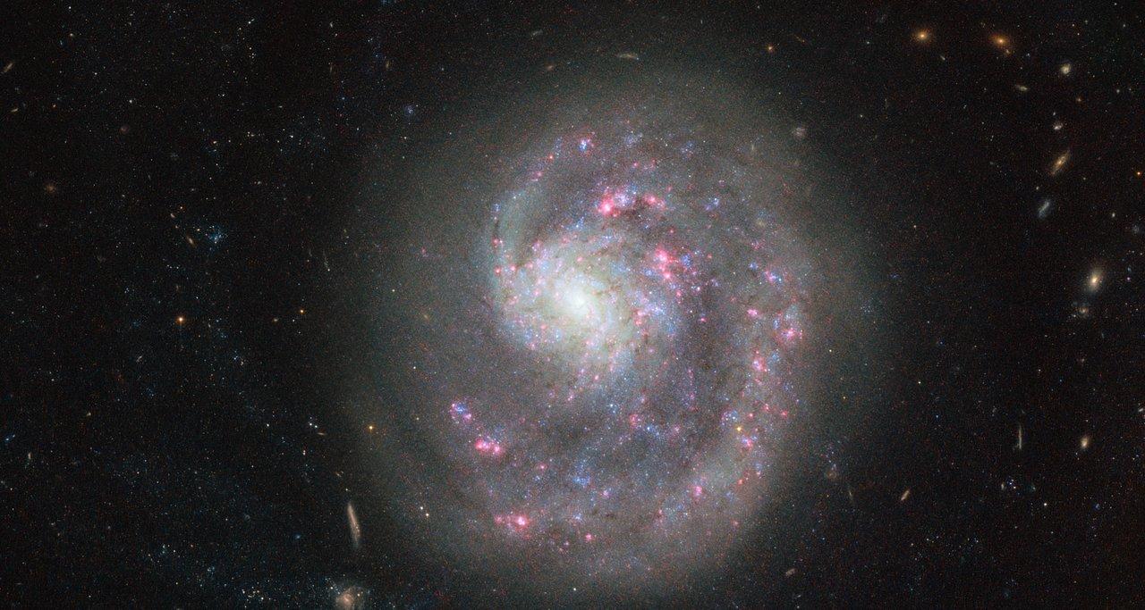 Телескоп «Хаббл» заснял неповторимую «однорукую» галактику