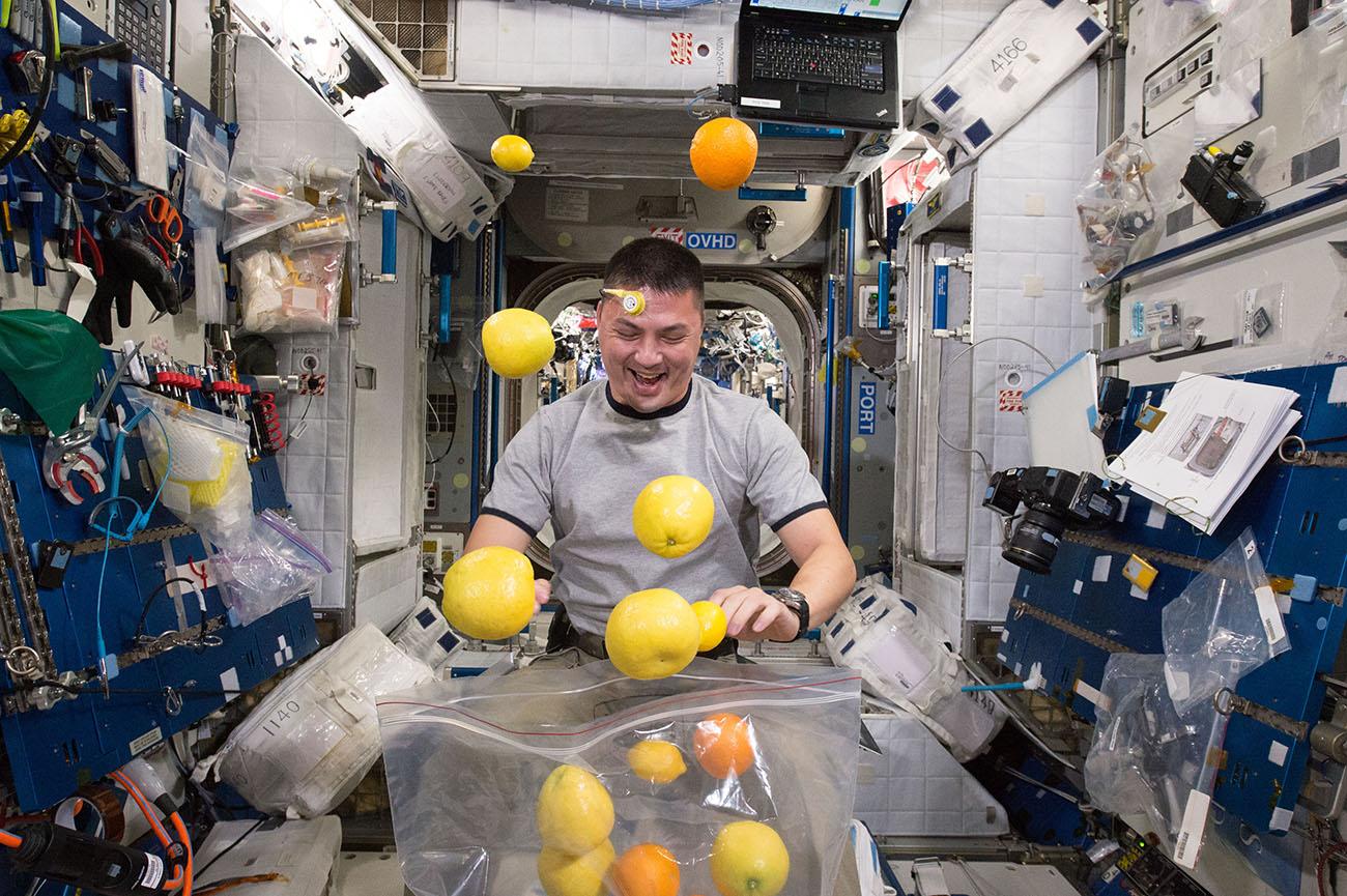 astronavt-nasa-kell-lindgren-raspakovyvaet-svezhie-frukty