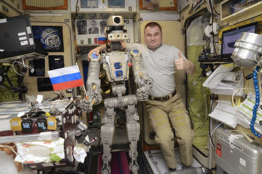 робот Фёдор и космонавт Овчинин